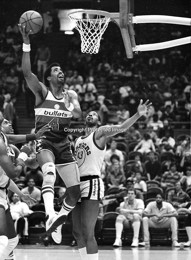 Washington Bullets #4 Cliff Robinson aganinst the Golden State Warriors Jerome Whitehead.(19085 photo/Ron Riesterer)