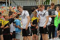 Lukas Klostermann (Deutschland Germany), Marcel Halstenberg (Deutschland Germany) gibt den wartenden Fans Autogramme und macht Selfies - 04.06.2019: Training der Deutschen Nationalmannschaft zur EM-Qualifikation in Venlo/NL