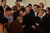 ATENCAO EDITOR IMAGENS EMBAGADAS PARA VEICULOS INTERNACIONAIS - SAO PAULO, SP, 30 SETEMBRO 2012 - VELORIO HEBE CAMARGO - Marcelo Camargo, filho de Hebe recebe carinho de fã durante velório da apresentadora Hebe Camargo, no Palácio dos Bandeirantes, sede do Governo do Estado de São Paulo, na capital paulista, na madrugada deste domingo, 30. Hebe morreu hoje aos 83 anos, de parada cardíaca, na sua casa no bairro do Morumbi, na capital paulista. Diagnosticada com câncer no peritônio em janeiro de 2010, ela lutava contra a doença desde então. (FOTO: LEVI BIANCO / BRAZIL PHOTO PRESS).