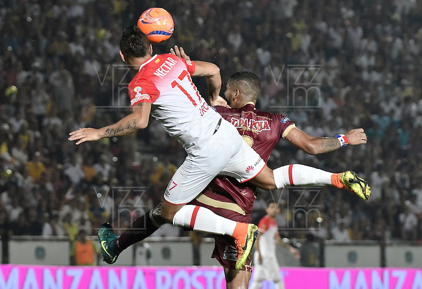 IBAGUÉ -COLOMBIA, 14-12-2016. Gabriel Gomez (Der) jugador de Deportes Tolima disputa el balón con Juan Daniel Roa (Izq) jugador del Independiente Santa Fe durante partido de ida por la final de la Liga Aguila II 2016 jugado en el estadio Manuel Murillo Toro de la ciudad de Ibagué./ Gabriel Gomez (R) player of  Deportes Tolima vies for the ball with Juan Daniel Roa (L) player of Independiente Santa Fe during first leg match for the final of the Aguila League II 2016 played at Manuel Murillo Toro stadium in Ibague city. Photo: VizzorImage/ Gabriel Aponte / Staff