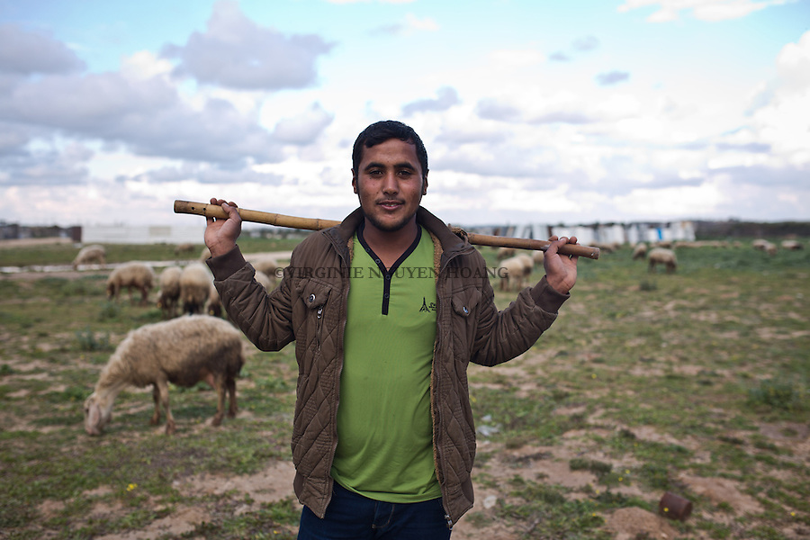 GAZA,Erez: Hassan is 19 years old and a bedouin sheperd in Erez, North of Gaza, just at the border with Israel. He's married since he's 17 and his wife is 5 months pregnant of his first child. <br /> <br /> GAZA, Erez: Hassan est un berger bedouin d'Erez, dans le Nord de Gaza, juste &agrave; la fronti&egrave;re avec Israel. Il est mari&eacute; depuis l'&acirc;ge de 17 ans et sa femme attend son premier enfant.