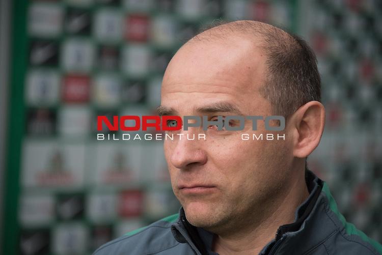 04.04.2015, Weser Stadion, Bremen, GER, 1.FBL. Werder Bremen vs 1. FSV Mainz 05, im Bild<br /> <br /> <br /> Viktor Skripnik (Trainer Werder Bremen<br /> Einzelaktion, Halbk&ouml;rper / Halbk&ouml;rper, <br /> <br /> <br /> Foto &copy; nordphoto / Kokenge