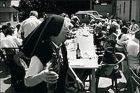 Europe/France/Midi-Pyrénées/12/Aveyron/en Aubrac : Religieuse et bouteille lors de l'aligot organisé par le Secours Catholique - Fète au cours de laquelle on sert de l'aligot