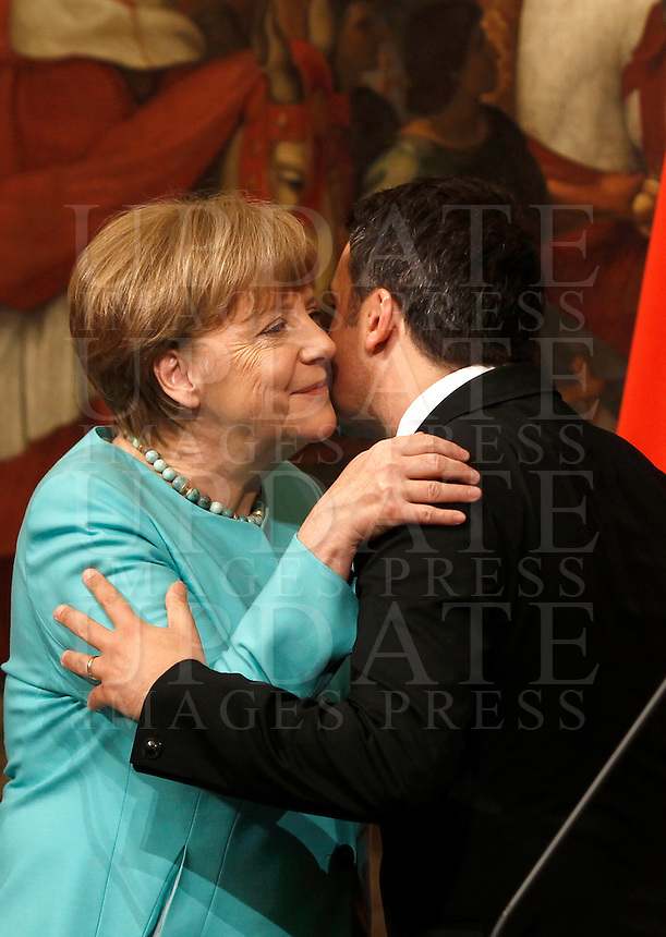 Il cancelliere tedesco Angela Merkel, sinistra, bacia il presidente del Consiglio Matteo Renzi a Palazzo Chigi, Roma, 5 maggio 2016.<br /> German Chancellor Angela Merkel, left, kisses Italian Premier Matteo Renzi at the end of their meeting at Chigi Palace, Rome, 5 May 2016.<br /> UPDATE IMAGES PRESS/Isabella Bonotto