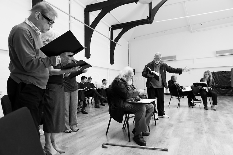 """""""King Lear"""" rehearsed reading rehearsals. Old Vic Theatre. Director: Jonathan Miller. L to R: Michael York, Tam Williams, Vernon Dobtcheff, Christopher Brand, Joss Ackland, Barrie Rutter, Tony Robinson, Honeysuckle Weeks."""
