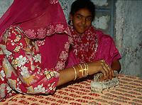 Indien, Sarwas bei Jodhpur (Rajasthan), Bedrucken von Stoffen