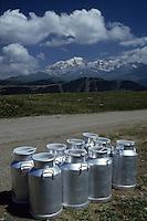 Europe/France/Rhone-Alpes/73/Savoie/Env Les Saisies: Bidons de lait sur le bord d'un chemin de montagne- en fond le Mont-Blanc