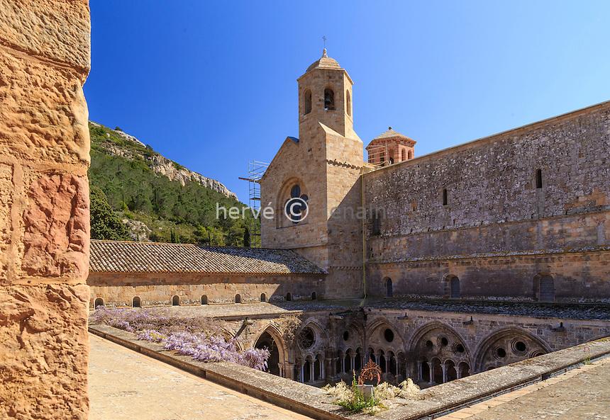 France, Aude (11), Narbonne, Abbaye Sainte-Marie de Fontfroide, le cloître et l'église abbatiale // France, Aude, Narbonne, Fontfroide Abbey, the cloister and church