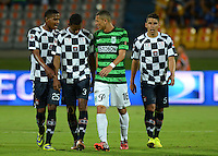 MEDELLIN - COLOMBIA -07-09-2014: jugadores Atletico Nacional y Boyaca Chico FC al final del partido entre Atletico Nacional y Boyaca Chico FC por fecha 8 de la de la Liga Postobon II 2014, jugado en el estadio Atanasio Girardot de la ciudad de Medellin. / The players of Atletico Nacional and Boyaca Chico FC at the end of a match for the between Atletico Nacional and Envigado FC for the date 8 of the Liga Postobon II 2014 at the Atanasio Girardot stadium in Medellin city. Photo: VizzorImage. / Luis Rios / Str.