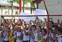 BRASILIA, DF, 06.09.2013 - TREINO SELECAO BRASILEIRA - Torcedores durante treino da seleção brasileira de futebol no Centro de Capacitação Física do Corpo de Bombeiros, em Brasília, nesta sexta-feira (06). A equipe prepara-se para o amistoso contra a Austrália, marcado para este sábado (7) no estádio Mané Garrincha.  (Foto: Renato Araujo / Brazil Photo Press).