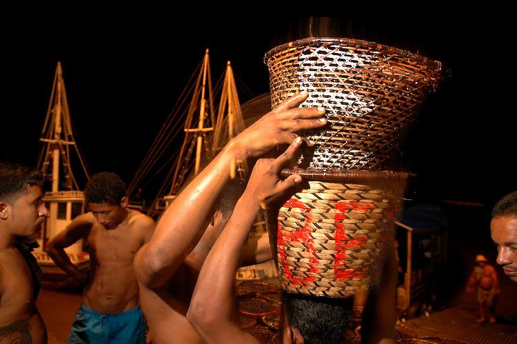 Feira do Açaí no  Ver-o-Peso, entreposto de venda de produtos regionais.<br /> Belém, Pará, Brasil<br /> Foto Paulo Santos<br /> 02/2005