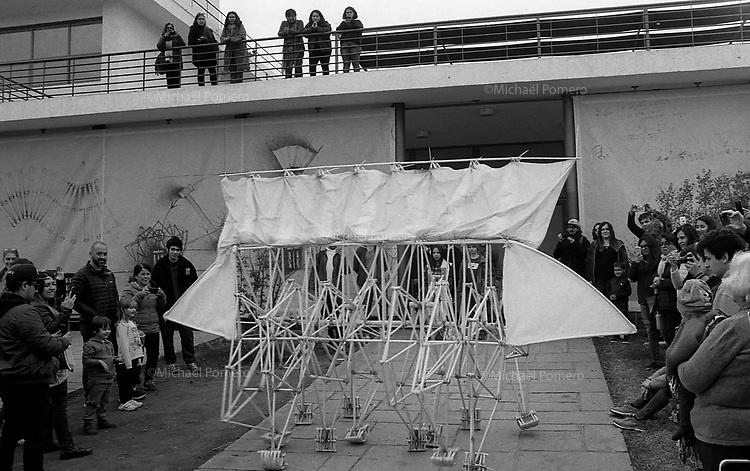 Santiago (Chile) 2018<br /> <br /> Exposition Theo Jansen au centre national d'art contemporain.<br /> Ses Strandbeests, animaux de plage, sont des constructions mobiles extraordinaires qui ont évolué de manière organique au cours des vingt-sept dernières années. Réalisées avec des tubes en plastique et à partir d'algorithmes, elles sont des sculptures proches de la vie qui incitent à découvrir et à réfléchir sur l'art à propos de la nature et de nos relations avec l'environnement.<br /> <br /> Theo Jansen exhibition in national center of contemporanean art.<br /> His Strandbeests, beach animals, are extraordinary mobile constructions that have evolved organically over the past 27 years. Made with plastic tubes and using algorithms, they are sculptures close to life that encourage you to discover and reflect on art about nature and our relationships with the environment.