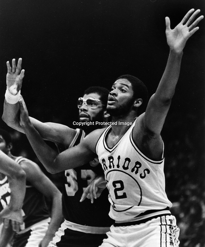 Golden State Warrior Joe Barry Carroll guarded by the Los Angeles Lakers Kareem Abdul-Jabbar..(1983 photo by Ron Riesterer)
