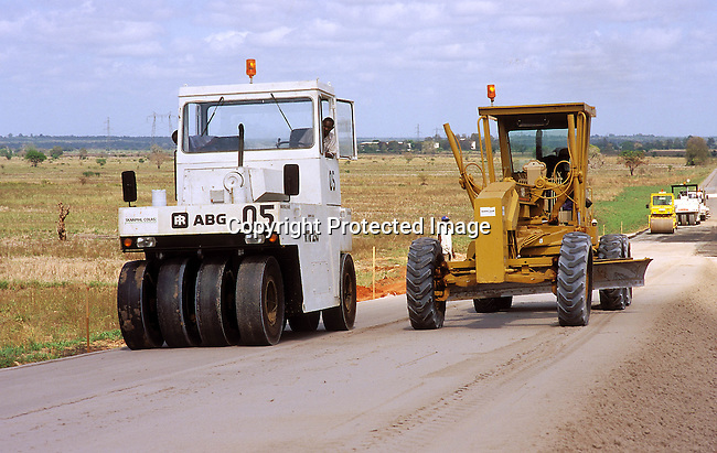 COTANZA35073.Country. Tanzania. Dar es Salaam. Road construction. 10/98. Grader and rollers..©Per-Anders Pettersson/iAfrika Photos
