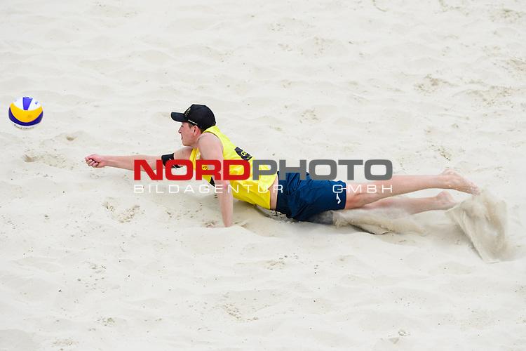 25.07.2020, Düsseldorf / Duesseldorf, Merkur Spiel-Arena<br /> Beachvolleyball, comdirect Beach Tour, Top Teams, Nils Ehlers / Lars Flüggen / Flueggen vs. Mirco Gerson / Adrian Heidrich (SUI)<br /> <br /> Abwehr Mirco Gerson<br /> <br />   Foto © nordphoto / Kurth