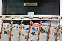 Germany, Bavaria, Lower Franconia, Bad Kissingen: newspapers in reading room at Wandelhalle | Deutschland, Bayern, Unterfranken, Bad Kissingen: Tageszeitungen im Leseraum in der Wandelhalle