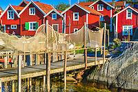 Faluröda fiskebodar och fiskenät vid en brygga på Sandhamn i Stockholms skärgård