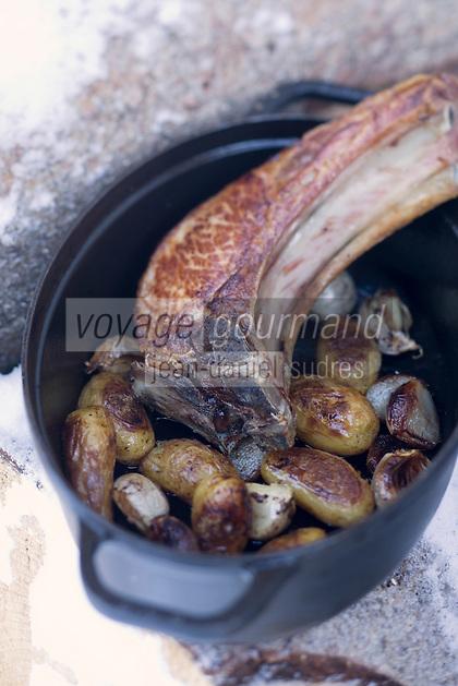 """Europe/France/Rhône-Alpes/73/Savoie/Beaufortain/Hauteluce:  Côte de cochon de Venthon en cocotte,pomme de terre nouvelleRecette  de Cyril Suet Chef de  Hotel-Restaurant """"La Ferme du Chozal"""""""