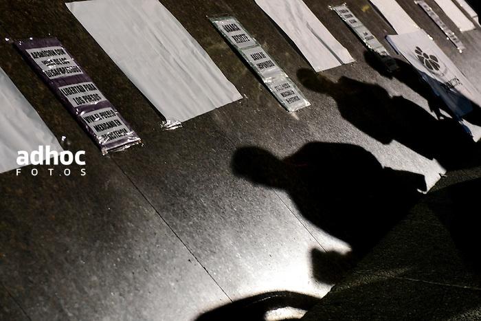 Santiago Mazzarovich/ URUGUAY/ MONTEVIDEO/ Diversas organizaciones sociales convocaron a concentrarse en la Plaza Independencia, para repudiar la represi&oacute;n que est&aacute; ocurriendo en Oaxaca, M&eacute;xico, contra los maestros. El saldo represivo es de 10 asesinados, decenas de heridos y posibles casos de desaparici&oacute;n.<br /> <br /> En la foto: Concentraci&oacute;n parar repudiar la represi&oacute;n en Oaxaca. Foto: Santiago Mazzarovich/adhocFotos.<br /> <br /> 20160629 d&iacute;a mi&eacute;rcoles