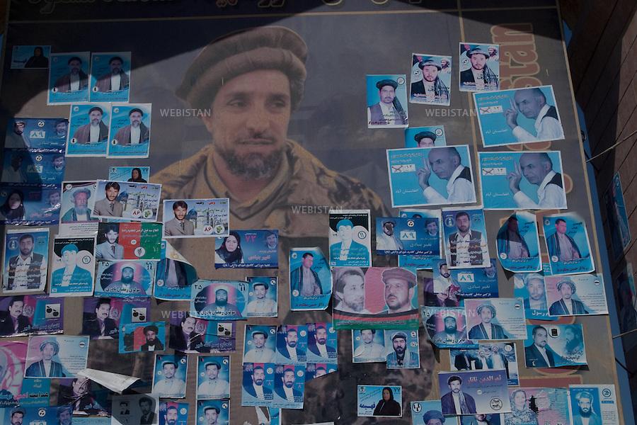AFGHANISTAN - MAZAR-E CHARIF - 7 aout 2009 : Grande fresque murale composee d'un portrait du Commandant Ahmad Shah Massoud photographie par Reza, recouverte d'affiches et de tracts electoraux...AFGHANISTAN - MAZAR-E CHARIF - August 7th, 2009 : A large mural featuring a photo of Commander Ahmad Shah Massoud taken by Reza is covered by posters and electoral leaflets.