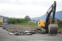 RIO DE JANEIRO, RJ, 05 DE AGOSTO DE 2012 - DEMOLIÇÃO DO AUTÓDROMO DE JACAREPAGUÁ - Máquinas já começaram a demolição do Autódromo Internacional Nelson Piquet, em Jacarepaguá, Rio de Janeiro. FOTO BRUNO TURANO BRAZIL PHOTO PRESS
