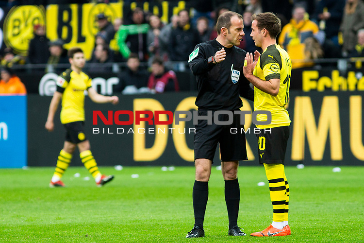 09.02.2019, Signal Iduna Park, Dortmund, GER, 1.FBL, Borussia Dortmund vs TSG 1899 Hoffenheim, DFL REGULATIONS PROHIBIT ANY USE OF PHOTOGRAPHS AS IMAGE SEQUENCES AND/OR QUASI-VIDEO<br /> <br /> im Bild | picture shows:<br /> Schiedsrichter | Referee Marco Fritz, mit Mario Goetze (Borussia Dortmund #10), nimmt den Treffer von Jadon Sancho (Borussia Dortmund #7) nach Videobeweis zur&uuml;ck,  <br /> <br /> Foto &copy; nordphoto / Rauch