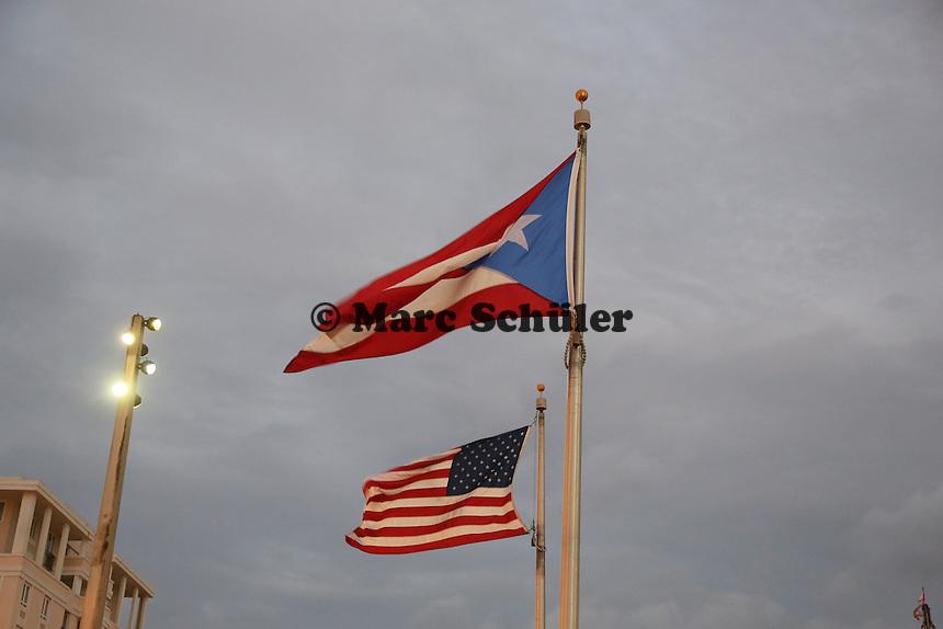 Flaggen von Puerto Rico und den USA am Hafen von San Juan