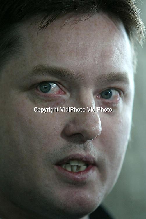 Foto: VidiPhoto..ARNHEM - Het Gerechtshof in Arnhem heeft Andre de V. maandag vrijgesproken van betrokkenheid bij de vuurwerkramp in Enschede, drie jaar geleden. Eerder was De V. veroordeeld tot 15 jaar. Directeur Bakker van SE Fireworks kreeg 1 jaar celstraf opgelegd, na een eerdere veroordeling van een half jaar.  Foto: De broer van Andre de V. staat ontroerd de pers te woord.