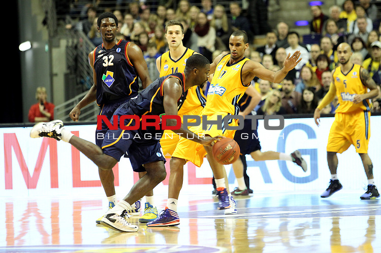 05.12.2013, O2 world, Berlin, GER, Euroleague, ALBA Berlin vs Rom, im Bild Akeem Vargas (Alba Berlin), BOBBY JONES (Virtus Rome)<br /> <br />               <br /> Foto &copy; nph /  Schulz