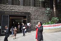 SAO PAULO,SP, 03 DE ABRIL DE 2012 - ECONOMIA - Sindicato dos Bancarios de Sao Paulo, faz manifestacao em frente ao predio do Banco do Brasil, na rua Sao Bento, zona central da cidade, a direcao do sindicato faz reividicacoes para que seja  a anulada a avaliacao que foram dadas a funcionarios do banco que participaram da manifestacao em marco deste ano - Dia Nacional da Luta- Aproveita tambem, para esclarecer a populacao sobre a posicao da direcao do banco frente a queda das taxas de juros pretendidas pela Presidente da Republica Dilma Rousseff que, na verdade, a Direcao do BB obriga seus clientes a comprar papeis e servicos para se beneficiar da queda das taxas de juros que vem sendo anunciada. Segundo a Secretaria Geral do Sindicato dos Bancarios, Raquel Kacelnikas, esta pratica e comum aos bancos privados e que nao deveria ser realizada por bancos publicos que tem outra forma de atuacao no sitema bancario. FOTO RICARDO LOU -  BRASIL PHOTO PRESS