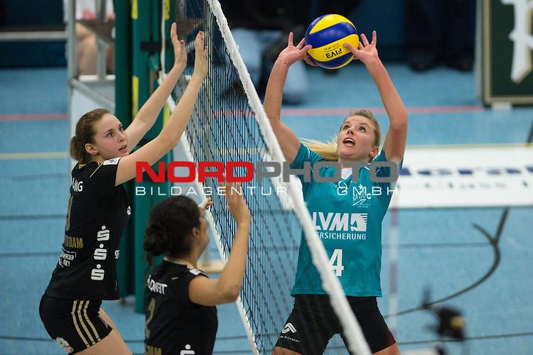 19.01.2014, Halle Berg Fidel, Muenster<br /> Volleyball, Bundesliga Frauen, USC M&uuml;nster / Muenster vs. SC Potsdam<br /> <br /> Lisa Gr&uuml;nding / Gruending (#9 Potsdam), Kathy Radzuweit (#2 Potsdam) - Zuspiel Tess von Piekartz (#4 USC Muenster)<br /> <br />   Foto &copy; nordphoto / Kurth