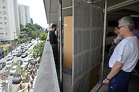 SÃO PAULO,SP, 02.10.2016 - ELEIÇÕES-SÃO PAULO - Eleitores procuram o numero do candidato nas listas instaladas  na PUC no bairro de Perdizes na região oeste de São Paulo, neste domingo, 02.(Foto: Levi Bianco/Brazil Photo Press)