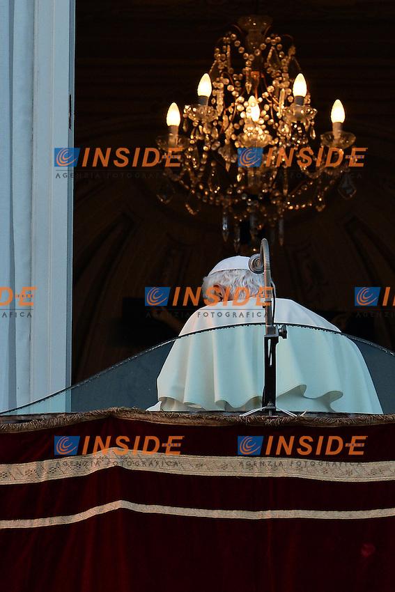 Papa Benedetto XVI saluta per l'ultima volta da Pontefice i fedeli dal palazzo Pontificio di Castel Gandolfo..Pope Benedict XVI greets the faithfuls for the last time as Pope.Castel Gandolfo 28/02/2013 .Foto Andrea Staccioli Insidefoto