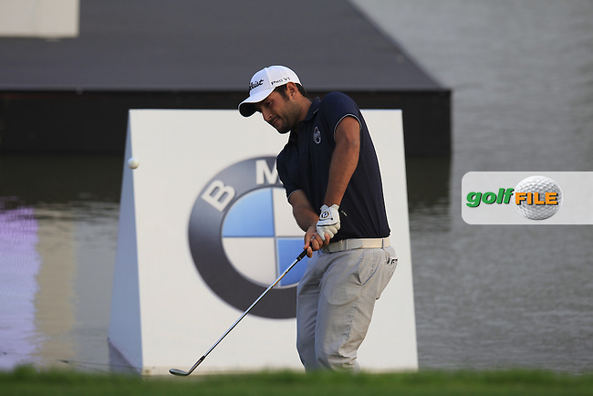 Alexander Levy (FRA) chips onto the 18th green during Sunday's Final Round of the 2014 BMW Masters held at Lake Malaren, Shanghai, China. 2nd November 2014.<br /> Picture: Eoin Clarke www.golffile.ie