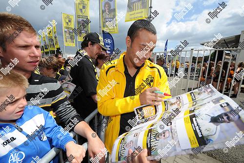 2012-07-21 / Voetbal / seizoen 2012-2013 / Fandag SK Lierse / De spelers deelden handtekeningen uit aan hun fans..Foto: Mpics.be