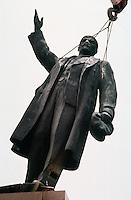LETTLAND, 24./25.08.1991. Riga. Waehrend des Anti-Gorbatschow-Putsches versuchen sowjetische Truppen, die Kontrolle ?ber Riga zu erhalten, mit dem Scheitern des Putsches gewinnt Lettland endgueltig seine Unabhaengigkeit. Ð Wenige Tage spaeter wird die Leninstatue auf dem Freiheitsboulevard gestuerzt. Die Maenner arbeiten die ganze Nacht mit ihren Schneidbrennern. Erst am Morgen wird Lenin herabgehoben und abtransportiert. | During the anti-Gorbachev-coup Soviet troops try to obtain control of Riga. With the failure of the coup Latvia finally regains its independence. - A few days later the Lenin statue on Liberty avenue is toppled. The men weld and cut the whole night. The morning hours see Lenin removed and taken away..© Martin Fejer/EST&OST