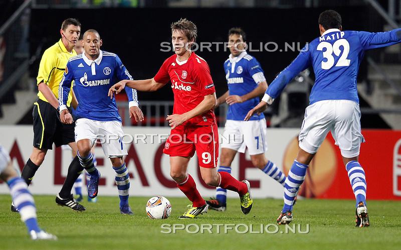 Nederland, Enschede, 8 maart 2012.Europa League.Seizoen 2011-2012.FC Twente-Schalke 04.Luuk de Jong van FC Twente passeert een aantal spelers van Shalke 04