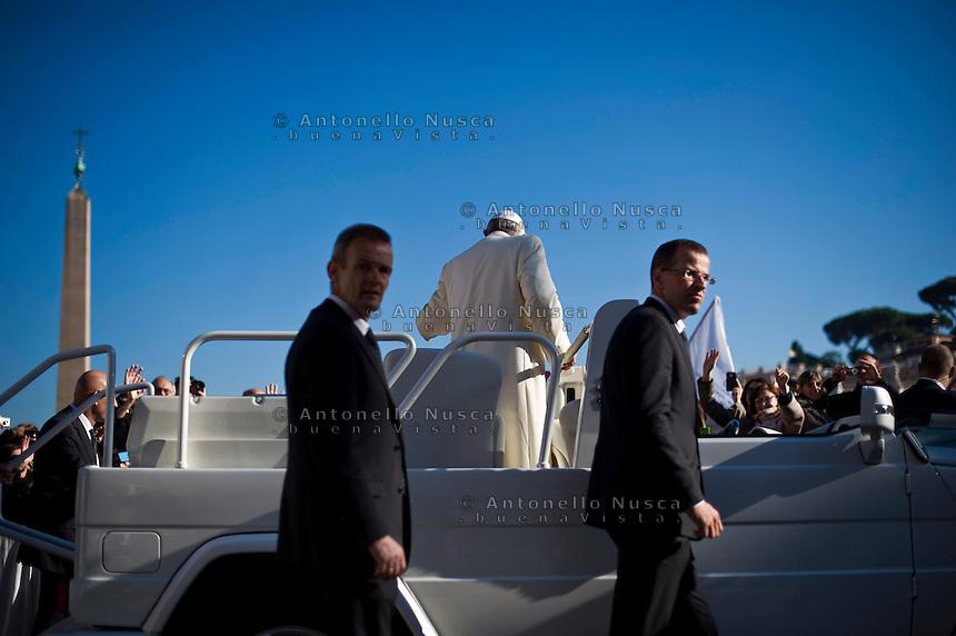 Papa Francesco scende dal sagrato di Piazza San Pietro al termine della Udienza Generale.