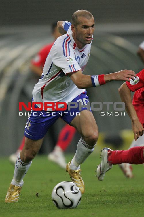 FIFA WM 2006 -  Gruppe D  Vorrunde ( Group D )<br /> Play   #29 (18-Jun) - Frankreich - Korea 1:1<br /> <br /> Zinedine Zidane von Frankreich in Einzel Aktion.<br /> Zinedine Zidane treibt den Ball nach vorne.<br /> <br /> Foto &copy; nordphoto
