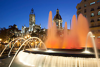 Spain, Costa Blanca, Valencia: Plaza del Ayuntamiento (Town Hall Square) with the fountain, City Council, clock and bell tower | Spanien, Costa Blanca, Valencia: Plaza del Ayuntamiento mit Brunnen, Stadtverwaltung, Uhr- und Glockenturm