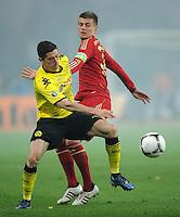 FUSSBALL      DFB POKAL FINALE       SAISON 2011/2012 Borussia Dortmund - FC Bayern Muenchen   12.05.2012 Robert Lewandowski (li, Borussia Dortmund) gegen Toni Kroos (re, FC Bayern Muenchen)
