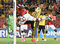 BOGOTÁ - COLOMBIA, 25-07-2017: Baldomero Perlaza jugador de Santa Fe trata de cabecear el balón durante partido entre Independiente Santa Fe de Colombia y Fuerza Amarilla de Ecuador por la segunda fase, llave 8, de la Copa CONMEBOL Sudamericana 2017 jugado en el estadio Nemesio Camacho El Campin de la ciudad de Bogotá. / Baldomero Perlaza player of Santa Fe itries to header the ball during the match between Independiente Santa Fe of Colombia and Fuerza Amarilla of Ecuador for the second phase, key 8, of the Copa CONMEBOL Sudamericana 2017 played at Nemesio Camacho El Campin stadium in Bogota city.  Photo: VizzorImage / Gabriel Aponte / Staff
