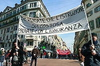 "Milano, manifestazione contro i tagli previsti dalla riforma dell'istruzione. ""Se pensate che l'istruzione sia costosa provate con l'ignoranza"" --- Milan, demonstration against the spending cut provided by the school reform. ""If you think education is expensive try with ignorance"""