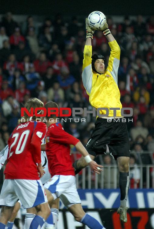 EM 06/07 Qualifikation Gruppe: D - <br /> Europameisterschafts-Endrunde<br /> <br /> Tschechien ( CZE ) - Deutschland ( GER ) 1 - 2<br /> <br /> Torwart Petr Cech haelt den Ball<br /> <br /> Foto :&copy; nph (nordphoto)  *** Local Caption ***