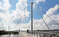 Nederland Amsterdam  2016 04 12.  De Nesciobrug over het Amsterdam-Rijnkanaal. De Nesciobrug (brug nr. 2013 in de Amsterdamse nummering), genoemd naar de Nederlandse schrijver Nescio, is een gebogen hang-tuibrug en een van de langste fiets- en voetgangersbruggen van Nederland. De totale lengte van de brug is 780 meter.  Foto Berlinda van Dam / Hollandse Hoogte
