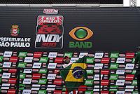 SÃO PAULO, SP, 14 DE MARÇO DE 2010 - SÃO PAULO INDY 300 - Na tarde desta domingo acontece em São Paulo a São Paulo Indy 300, etapa de abertura da temporada 2010 da IZOD IndyCar Series. Na foto o brasileiro Victor Meire comemora a terceira posição na etapa São Paulo Indy 300 nas ruas de São Paulo, passando pelo Sambódromo e Marginal do Tietê. (FOTO: WILLIAM VOLCOV / NEWS FREE).
