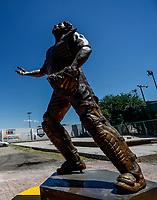 Statue of the player who was legendary receiver Naranjero, Sergio Robles, this as a tribute in his native Magdalena de Kino.<br /> Sergio &quot;Kalim&aacute;n&quot; Robles was the first major league player from that land and symbol of the Naranjeros de Hermosillo. This monument is located outside the &quot;Padre Kino&quot; stadium. Statue filding a high in Mexican baseball.<br /> <br /> Estatua del jugador que fue  legendario receptor Naranjero, Sergio Robles, esto como un  homenaje en su natal Magdalena de Kino.<br /> Sergio &ldquo;Kalim&aacute;n&rdquo; Robles fue primer ligamayorista originario de esa tierra y s&iacute;mbolo de los Naranjeros de Hermosillo.  Este monumento  se encuentra afuera del estadio &ldquo;Padre Kino&rdquo;.  Estatua fildeando un elevado  en el beisbol mexicano.