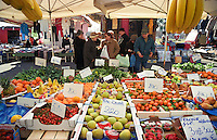 Milano, mercato rionale al quartiere Bruzzano, periferia nord. Frutta e verdura --- Milan, local market at Bruzzano district, north periphery. Fruit and vegetables