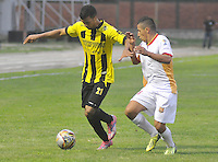 FLORIDABLANCA -COLOMBIA, 11-FEBERERO-2015.    Juan Arboleda (Izq) jugador de Alianza Petrolera disputa el bal—n con Aguilas Pereira durante encuentro  por la fecha 3 de la Liga Aguila I 2015 disputado en el estadio Alvaro G—mez Hurtado de la ciudad de Floridablanca./ Juan Arboleda  (L) player of Alianza Petrolera fights for the ball with  Aguilas Pereira during match for the third date of the Aguila League I 2015 played at Alvaro Gomez Hurtado stadium in Floridablanca city Photo:VizzorImage / Jose Martinez  / STR
