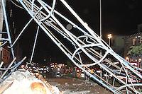 GUARULHOS, SP, 02.12.2013 - DESABAMENTO PREDIO - Prédio que que desabou na noite desta segunda-feira, 02 na cidade de Guarulhos em Sao Paulo ao menos 12 viaturas no local. (Foto: Geovani Velasquez/Brazil Photo Press)